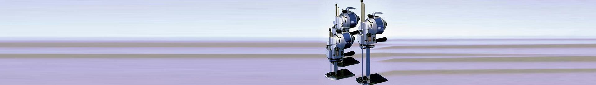 Maszyna krojowni na fioletowo-błękitnym tle