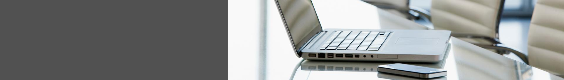 laptop i telefon na stole